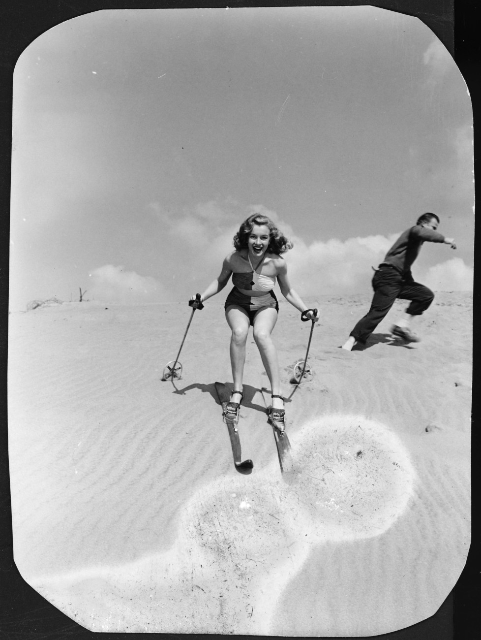 Norma Jeane Baker, future film star Marilyn Monroe (1926 - 1962), tries her hand at sand skiing on a dune, circa 1943. (Photo by Silver Screen Collection/Hulton Archive/Getty Images)