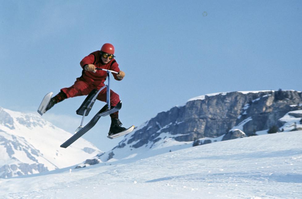 Ski-Bob: The Snow Bicycle. En Suisse, à Crans-Montana, en février 1967, sur une piste de ski, un moniteurs suisse faisant une démonstration de ski-bob, une sorte de bicyclette des neiges, durant un saut en l'air. (Photo by Philippe Le Tellier/Paris Match via Getty Images)