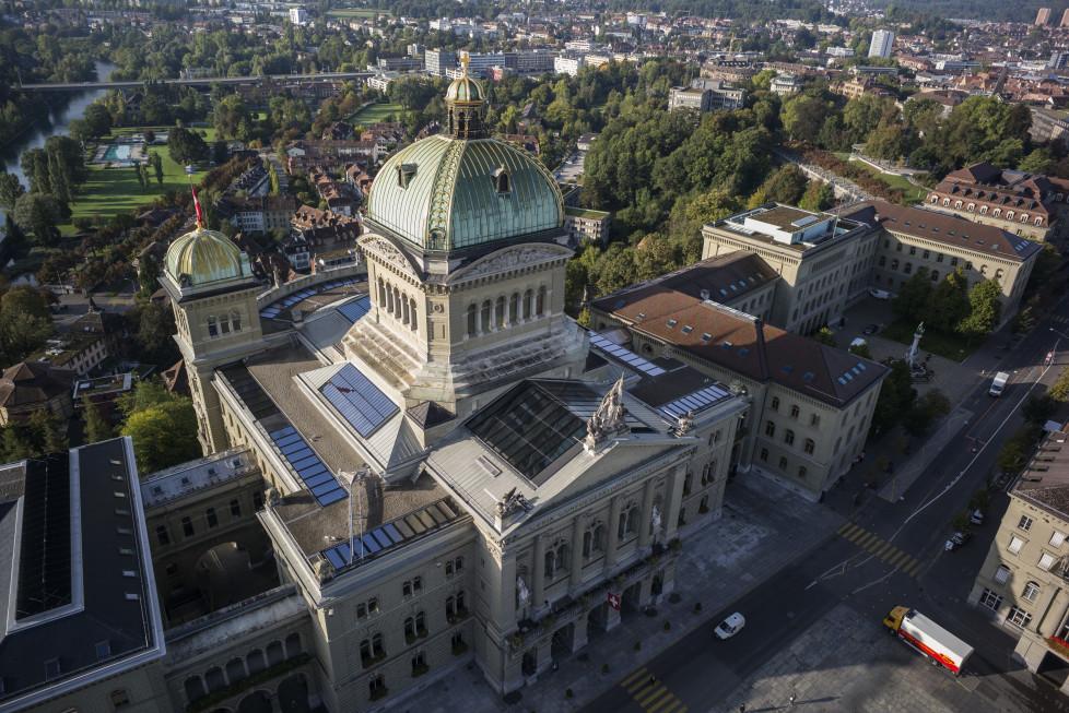 Sicht auf das Bundeshaus und den Bundesplatz aus der Vogelperspektive in Bern, am Freitag, 25. September 2015, dem letzten Tag der letzten Session der laufenden Legislatur. (KEYSTONE/Alessandro della Valle)