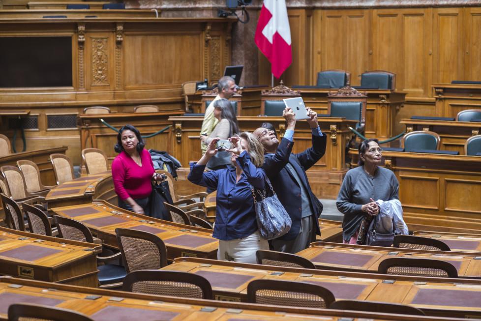 Besucher betrachten und fotografieren den Nationalratssaal am Tag der offenen Tuer im Parlamentsgebaeude, am Samstag, 3. Oktober 2015, in Bern. Das Bundeshaus steht ein paar Mal im Jahr Interessierten ohne Anmeldung zur Besichtigung offen. (KEYSTONE/Alessandro della Valle)