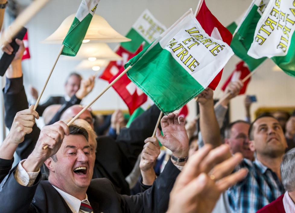 Die Anhaenger vom neu gewaehlten Bundesrat Guy Parmelin jubeln im Restaurant Ambassador nach der Verkuendung des Resultats des dritten Wahlgangs der Bundesratswahlen am Mittwoch, 9. Dezember 2015, in Bern. (KEYSTONE/Thomas Hodel)