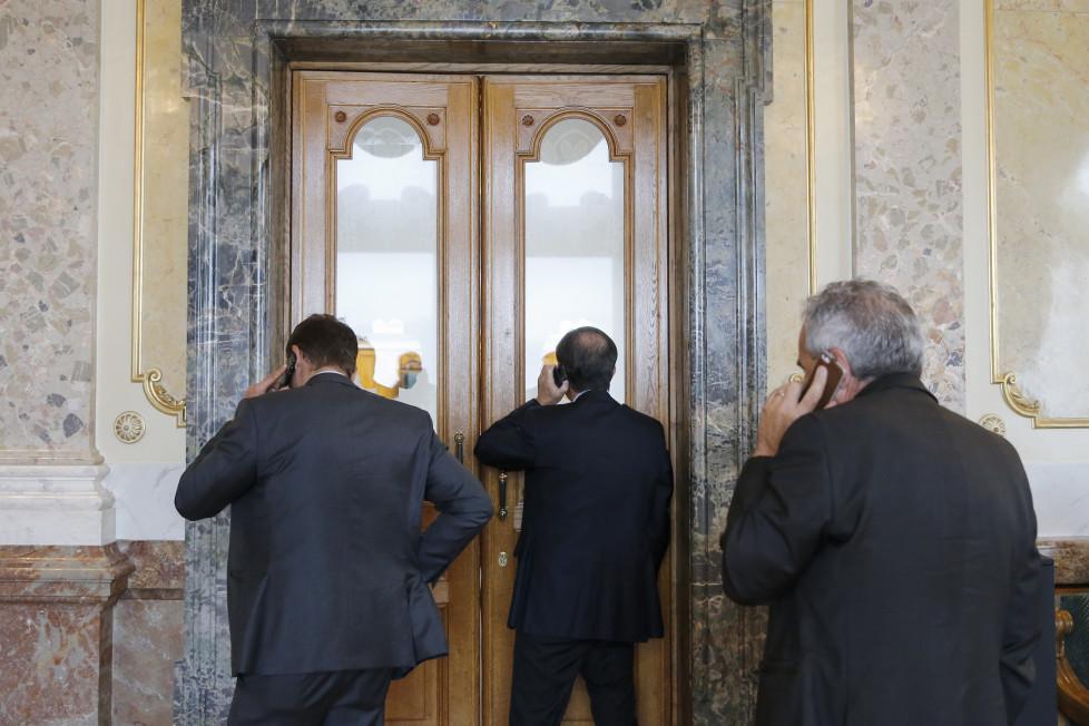Nationalraete telefonieren in der Wandelhalle, am Dienstag, 15. September 2015 waehrend der Herbstsession der Eidgenoessischen Raete in Bern. (KEYSTONE/Peter Klaunzer)