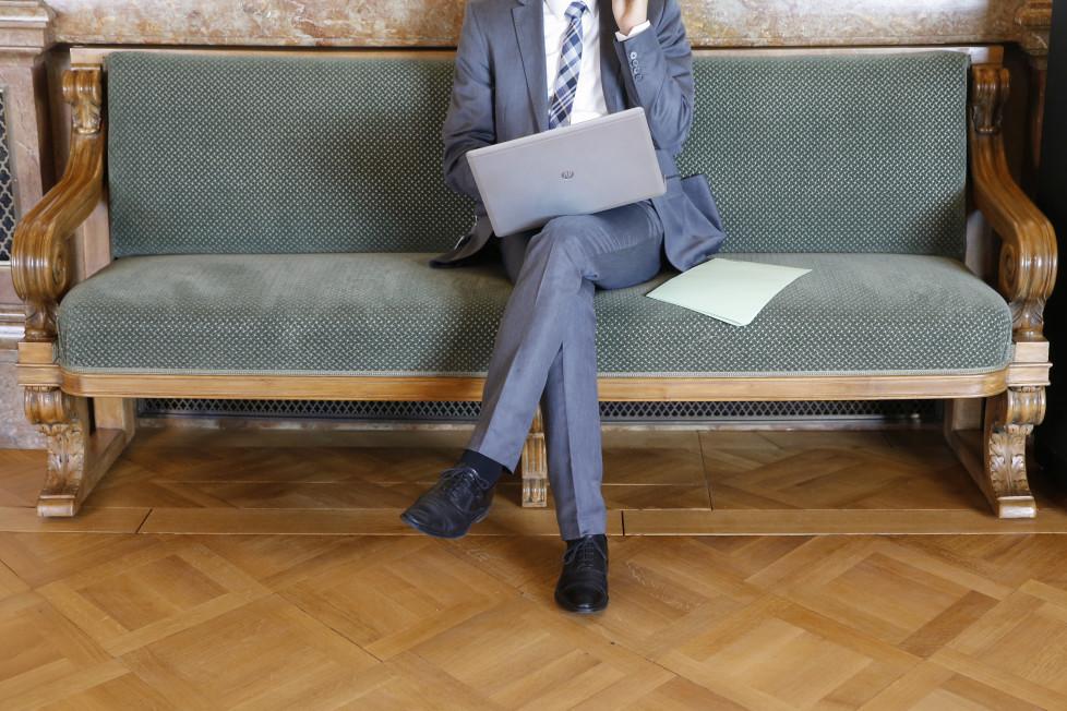 Ein Lobbyist arbeitet in der Wandelhalle, am Dienstag, 8. September 2015 waehrend der Herbstsession der Eidgenoessischen Raete in Bern. (KEYSTONE/Peter Klaunzer)