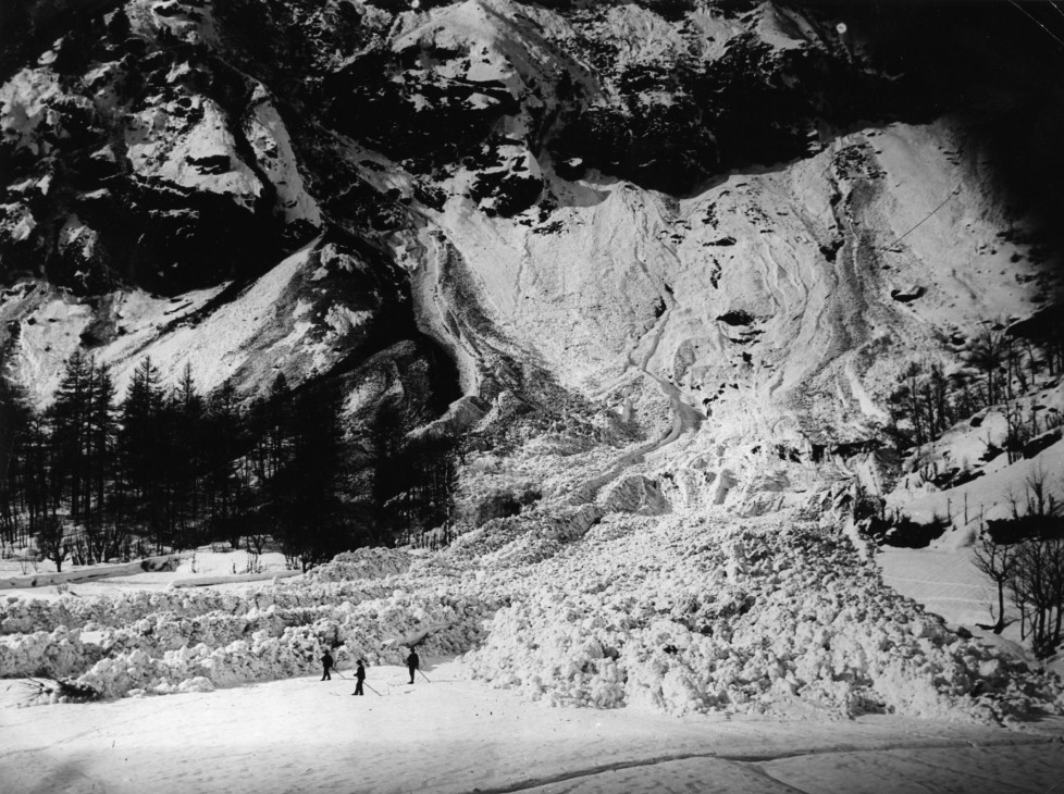 7th April 1914: The Italian village of Ruinaux buried beneath tons of snow, after a disastrous avalanche. (Photo by Topical Press Agency/Getty Images)