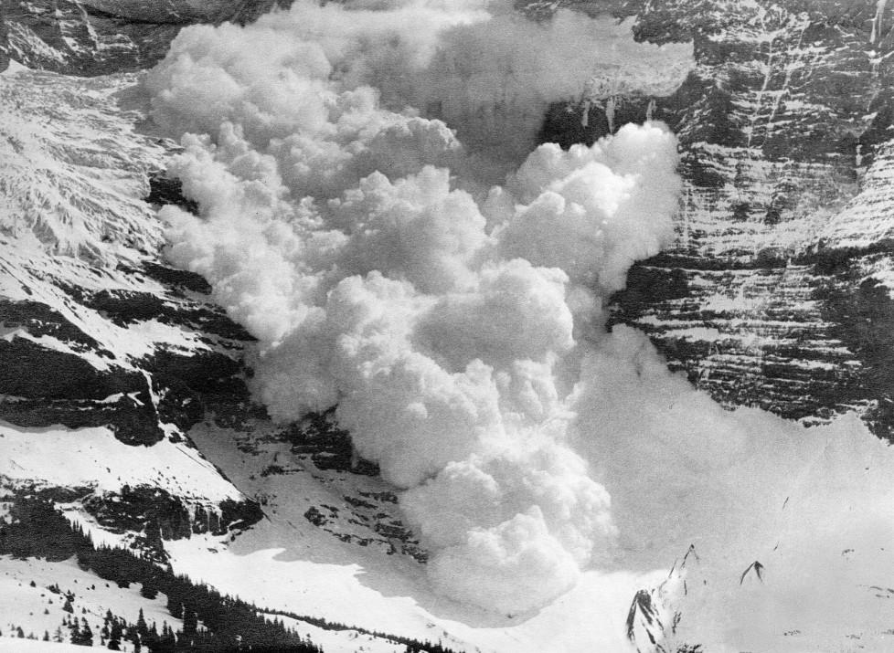 (GERMANY OUT) Gebirgszug Jungfrau: Lawine stürzt vom Berg- veröff. Koralle 13/1941 (Photo by ullstein bild/ullstein bild via Getty Images)