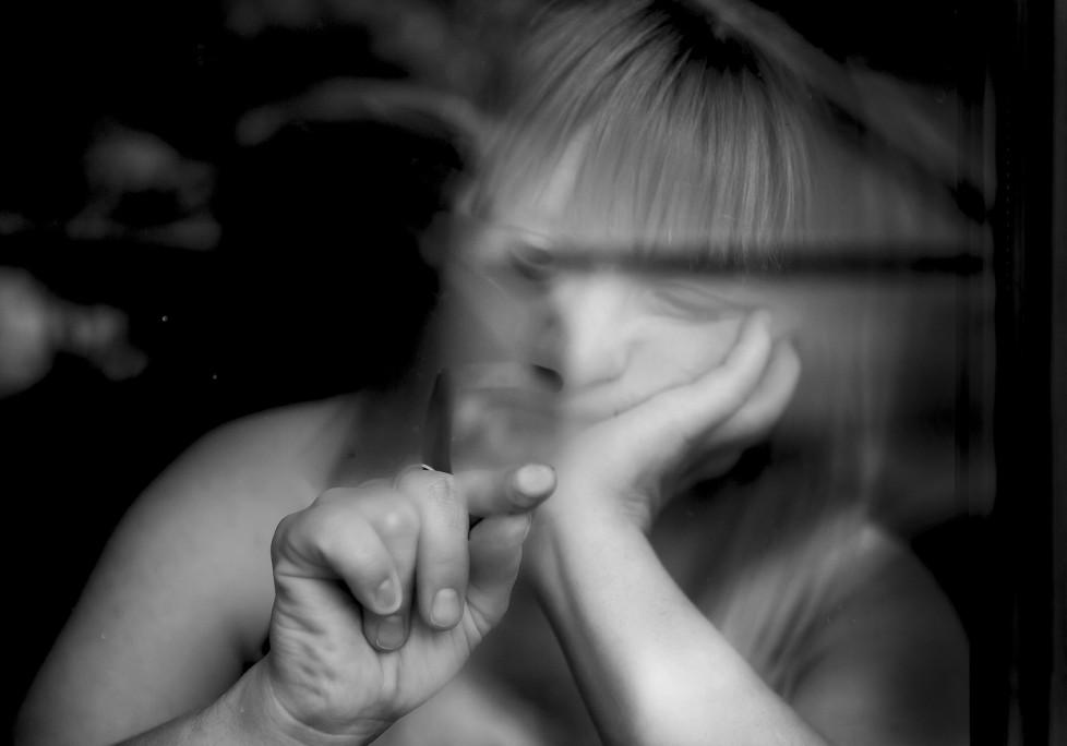 """DOWN-SYNDROM. Mit modernster Technik und hohem finanziellen Profit werden heut- zutage Menschen mit der Diagnose Down-Syndrom aussortiert. Mit dem PraenaTest ist es seit 2012 möglich durch eine einfache Blutprobe der Mutter festzustellen, ob das ungeborene Kind eine Trisomie aufweist. Schon vor der Geburt wird Kindern so das Lebensrecht abgesprochen. Die Fotoserie """"Hundertdreiundvierzig Zentimeter"""" wirft Fragen über unsere Beziehung zu dem Stigma """"Leben mit Beeinträchtigung"""" und den technischen Möglichkeiten, diese schon vor Geburt festzustellen auf. Es geht um gesellschaftliche Fragen, mit deren Beantwortung wir uns häufig schwer tun: der Integration von Fremdheit, des Ungewohnten, dessen Akzeptanz und das daraus resultierende Miteinander."""