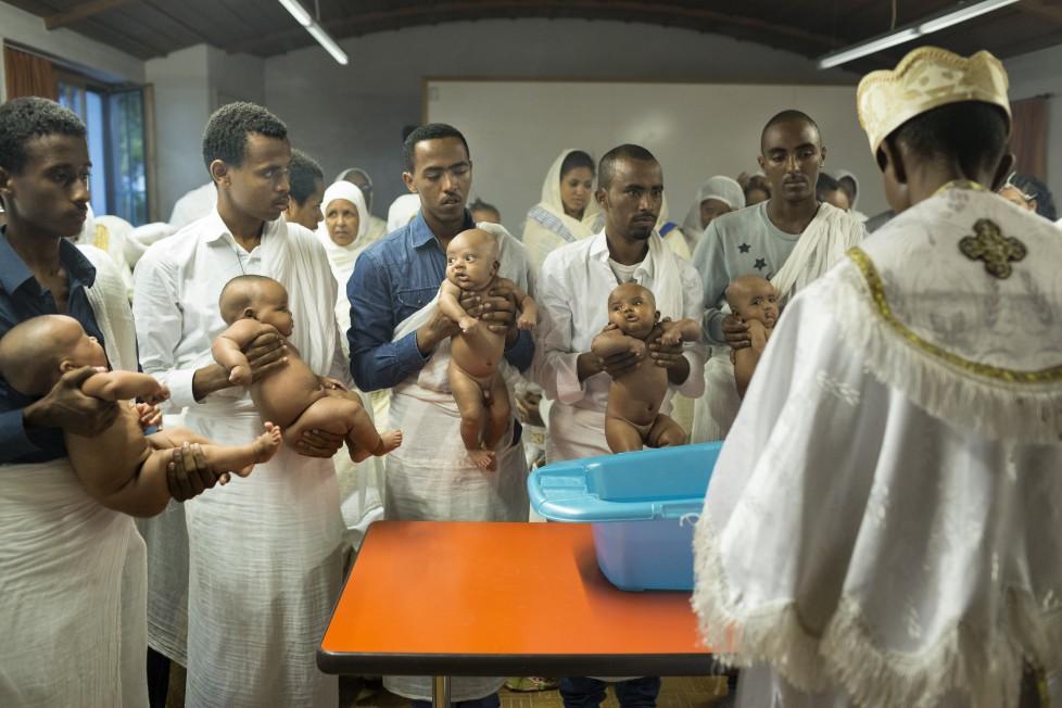 Eritreisch-orthodoxes Dreifaltigkeitsfest in der refomierten Kirche von Buchs AG. In einem Nebenraum der Kirche beginnt um 5 Uhr morgens eine zweistündige Taufzeremonie mehrer Säuglinge.