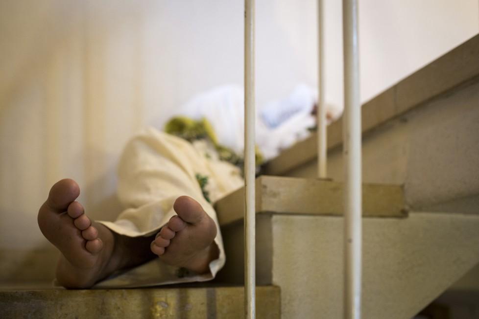 Eritreisch-orthodoxes Dreifaltigkeitsfest in der refomierten Kirche von Buchs AG. Am Morgen nach dem Gottesdienst, der die ganze Nacht gedauert hat, schläft ein Mann auf einer Treppe.