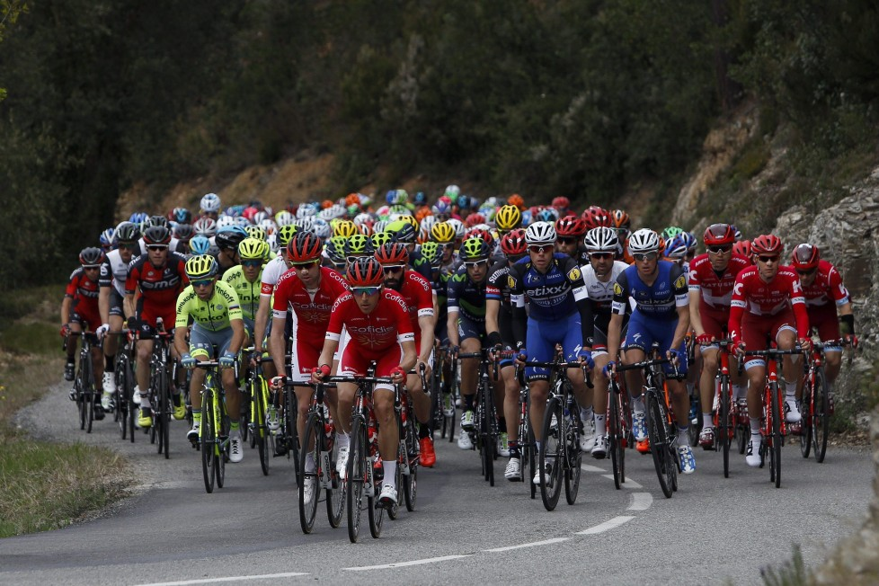 epa05226191 The pack of cyclists ride during the second stage of the 96th Volta a Catalunya cycling race in Mataro, Spain, 22 March 2016. EPA/Quique Garcia