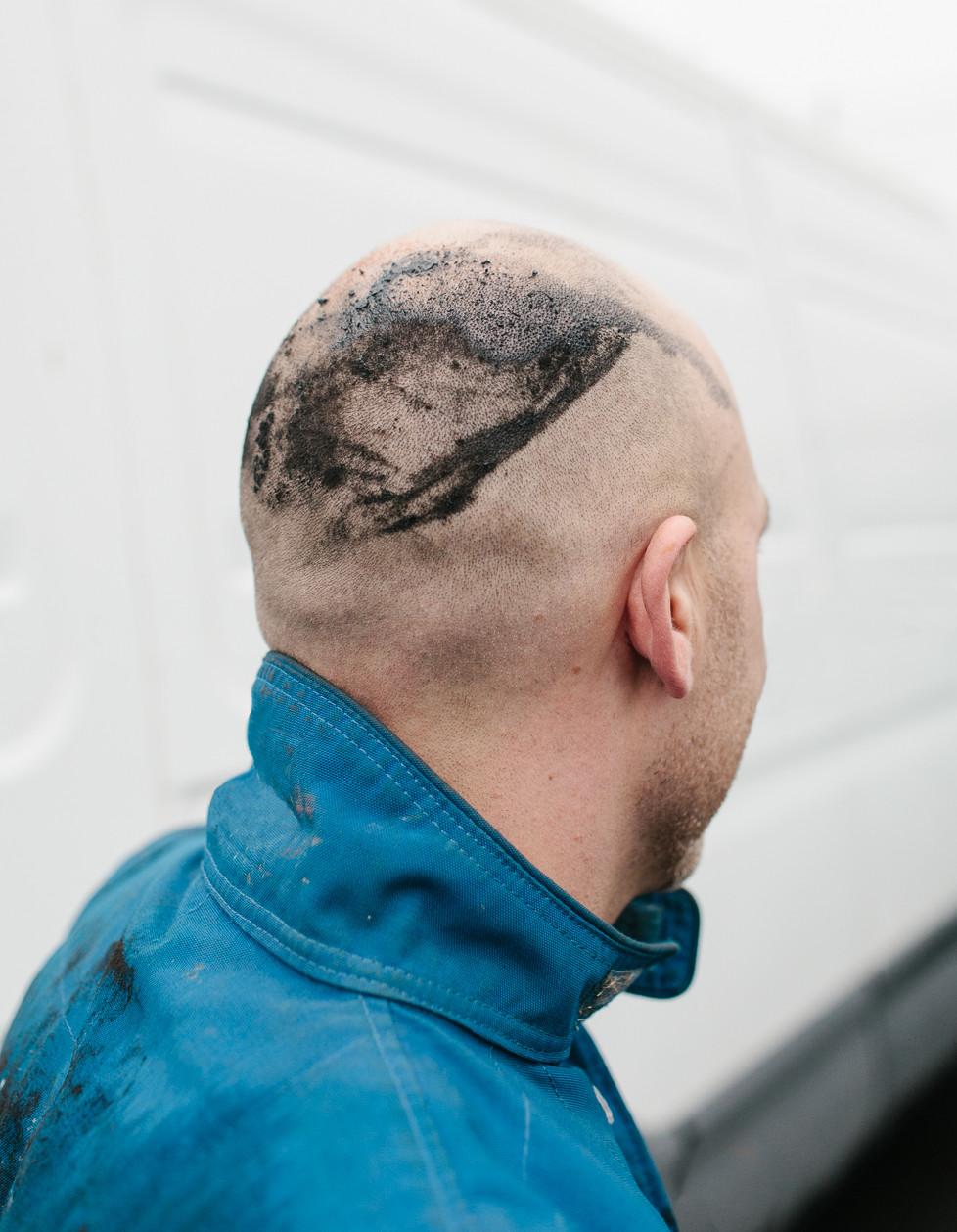 Back of a banger race mechanic 's head. Warneton.
