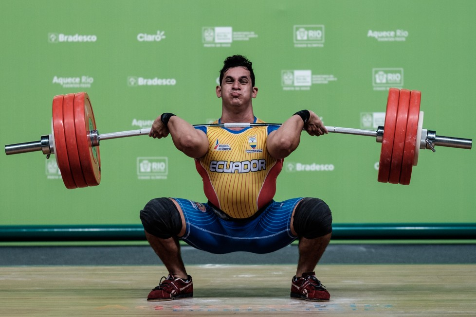 Ecuador's Wilmer Contreras competes in the men's 94kg weightlifting final of the South American Weightlifting Championship as a test event for the Rio 2016 Olympic Games at the Olympic Park's Carioca Arena 1 in Rio de Janeiro, Brazil, on April 10, 2016. / AFP PHOTO / YASUYOSHI CHIBA