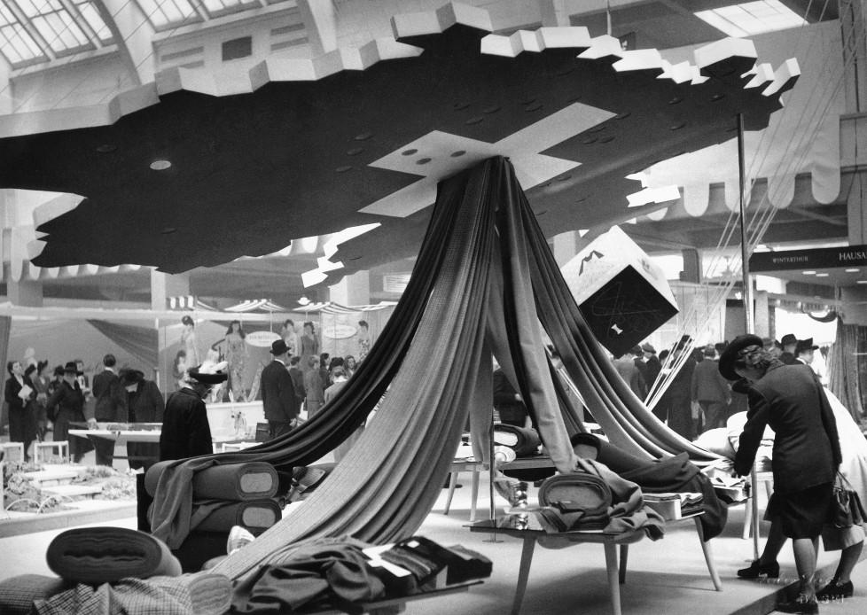 Textilausstellung, Basel 1947. Foto: Staatsarchiv Basel-Stadt, Foto Jeck, Basel IM TAKT DER ZEIT BILDNACHWEIS Quelle: Staatsarchiv Basel-Stadt, Privatarchiv MCH Group