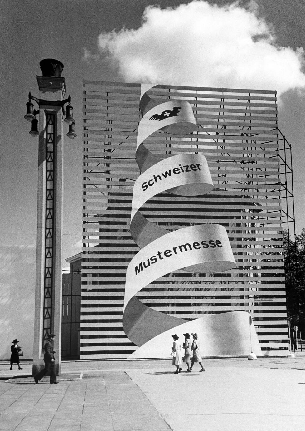 Aufwärts: das signet der Mustermesse 1945 signalisiert Optimismus. Noch herrscht Krieg in Europa, doch er geht einem raschem Ende zu. IM TAKT DER ZEIT BILDNACHWEIS Quelle: Staatsarchiv Basel-Stadt, Privatarchiv MCH Group
