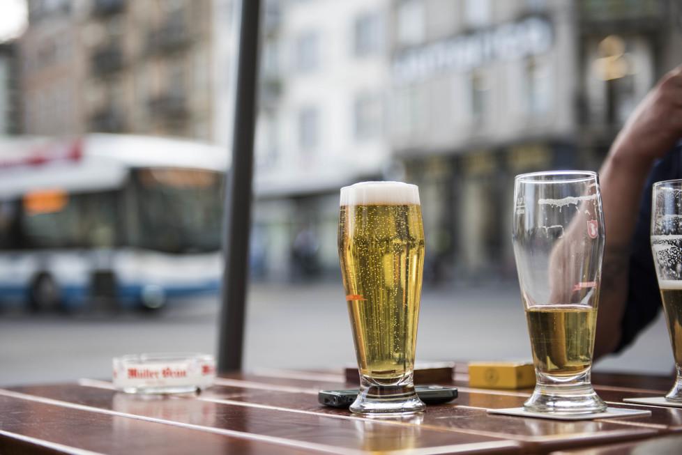 Buslinien 31 und 32 **Fotoblog** Bild 19 Linie 32, beim Hooters wird bier getrunken. (Tamedia AG/Thomas Egli, 31.3.2016)
