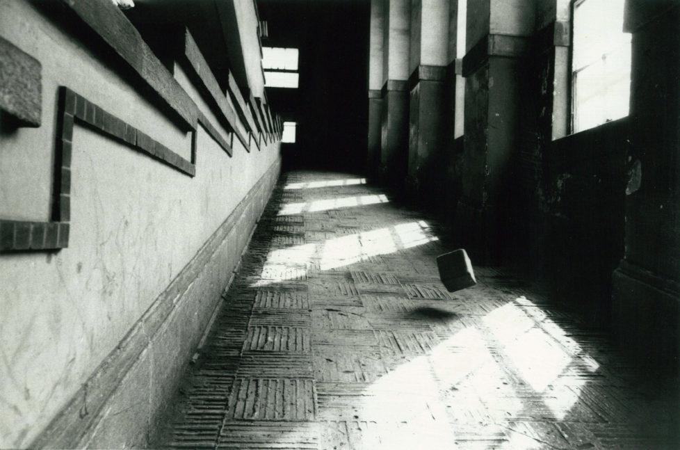 ** Provoke - Zwischen Protest und Performance Fotografie in Japan 1960 - 1975 ** Fotosmuseum Winterthur 28.5 - 28.8.2016 Koji Enokura, Yocho - Namari no katamri, kukan e l(P.W.No. 41) (Symptom - Bleiklumpen in den Raum I (P.W. Nr. 41), 1972 (c) Koji Enokura / Shigeru Yokota Gallery