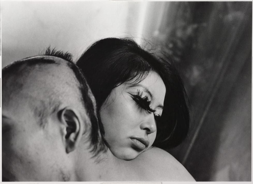 ** Provoke - Zwischen Protest und Performance Fotografie in Japan 1960 - 1975 ** Fotosmuseum Winterthur 28.5 - 28.8.2016 Shōmei Tōmatsu, Henshusha Nakahira Takuma, Tōkyō, Shinjuku (Herausgeber Takuma Nakahira, Tokio, Shinjuku), 1964 (c) Shōmei Tōmatsu Estate, Taka Ishii Gallery