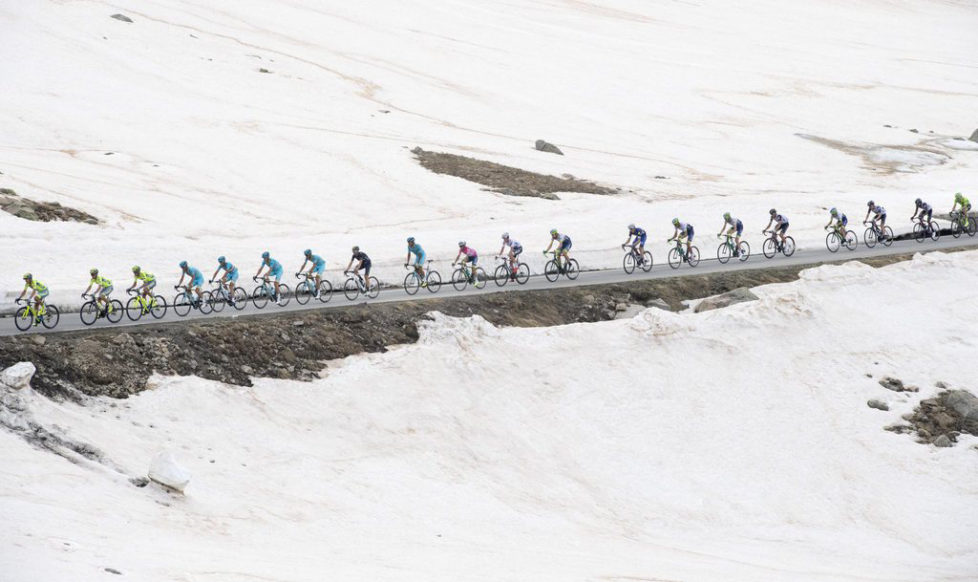 epa05334060 The peloton in action during the 20th stage of Giro d'Italia 2016 from Guillestre to Sant'Anna di Vinadio, Italy, 28 May 2016. EPA/CLAUDIO PERI