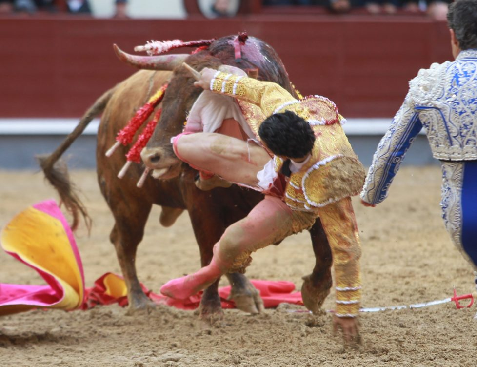 Spanish matador Morenito de Aranda performs a pass to a bull during the San Isidro Feria at Las Ventas bullring in Madrid on May 8, 2016.