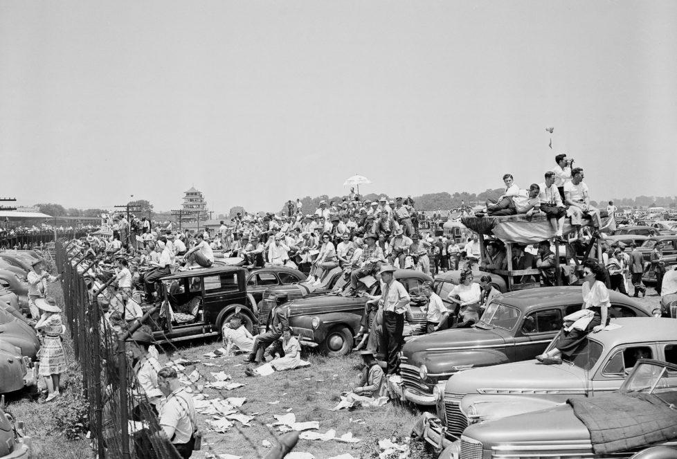 ZUR 100. AUSTRAGUNG DES AELTESTEN RUNDSTRECKEN-AUTORENNENS INDIANAPOLIS 500 AM SONNTAG, 29. MAI 2016, IN INDIANAPOLIS, USA, STELLEN WIR IHNEN FOLGENDES BILDMATERIAL ZUR VERFUEGUNG - In this May 30, 1946, file photo, spectators sit on and around their parked cars in the infield of the Indianapolis Motor Speedway to view the Indianapolis 500 auto race at Indianapolis Motor Speedway in Indianapolis, Ind. (KEYSTONE/AP Photo)