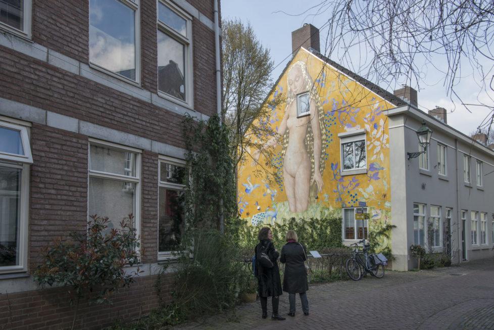 """500 Jahre nach dem Tod von Hieronymus Bosch: in seiner Heimatstadt s'Hertogenbosch wird man auf Schritt und Tritt an ihn erinnert - Vorbild für dieses Fresko an einer Hausfassade in der Altstadt ist Eva aus Bosch's """"Garten der Lüste"""" - das Fresko fertigten Lehrlinge nach alter Technik EVTL. für Reisen """" s'Hertogenbosch /Hieronymus Bosch von Paulina (Abreise 20.4.16) Doris war auch dort (kein FA) und falls Bilder benötigt werden..Karen Bescheid geben bei ReisenSitzung *** Local Caption *** Jubiläum, Jahrestag, Kunst, Kitsch"""