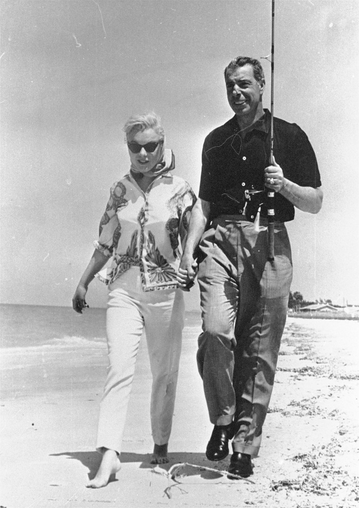 Actress Marilyn Monroe and ex-husband, former New York Yankees ball player Joe DiMaggio, walk the shores of a beach near Sarasota, Fla., March 29, 1961. (AP Photo)