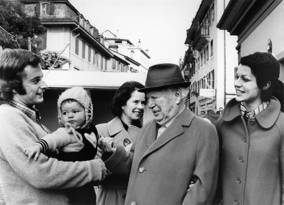 Charlie Chaplin, Mitte, und seine Frau Lady Oona, hinten, Freunde der Familie Knie treffen in Vevey Fredy Knie jun. links, seine Frau Mary-Jose, rechts, und deren Tochter Geraldine Katharina, aufgenommen 1974. (KEYSTONE/Fotoarchiv Knie/Chris Krenger) === , EDITORIAL USE ONLY, ===
