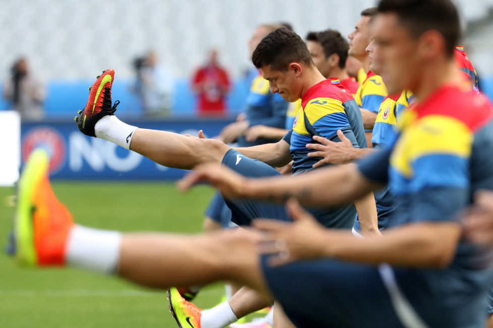 Romania's players take part in a training session at the Stade de France in Saint-Denis, France, on June 9, 2016, on the eve of the Euro 2016 football match between France and Romania. / AFP PHOTO / KENZO TRIBOUILLARD