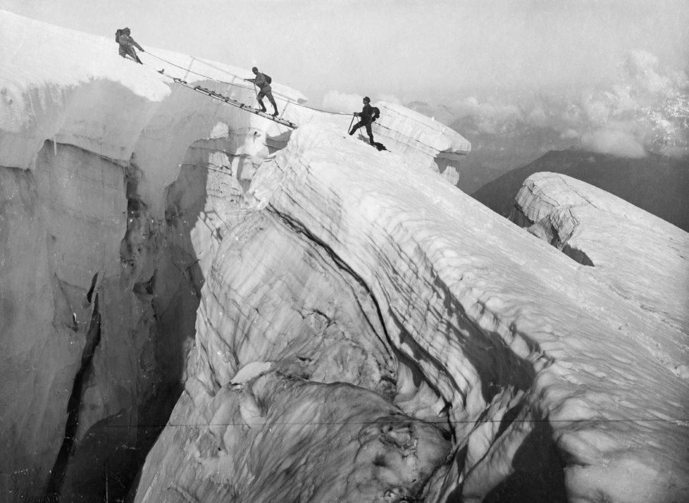 (GERMANY OUT) Passieren einer GletscherspalteSchweiz, 1905 (Photo by ullstein bild/ullstein bild via Getty Images) *** Local Caption *** 00257608