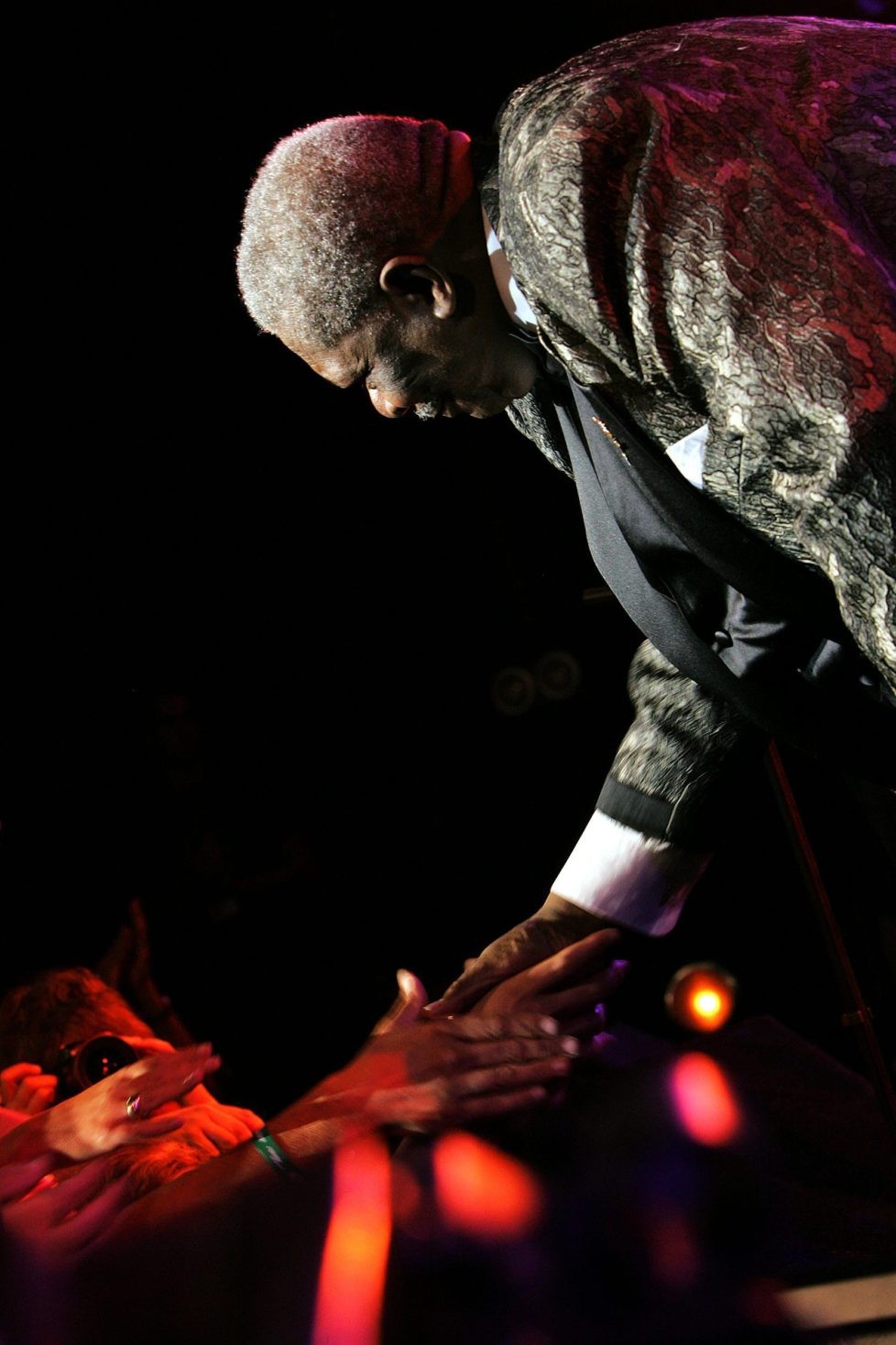 The legendary american bluesman B.B. King shakes hands with spectators after performing on the Auditorium Stravinski Hall stage during the 39th Montreux Jazz Festival in Montreux, Switzerland, late Monday, July 4, 2005. The festival will last until July 16. (KEYSTONE/Martial Trezzini)