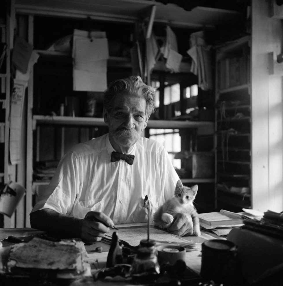 "FRENCH GABON. Lambarene. Albert SCHWEITZER. At his writing desk in the small two room house. His kitten ""Pierrette"" sits on his manuscript. 1951. (KEYSTONE/MAGNUM PHOTOS/George Rodger) IM BILD / BILDSEITE LIEBEN MICH MEINE KATZEN BUND 23.7. TAGI 26.7."