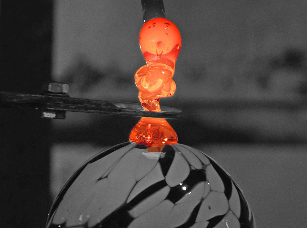 Fotowettbewerb KW 30 - Hitze Die Entstehung einer Glaskugel in einer Glasbläserei, oben noch das heisse Glas