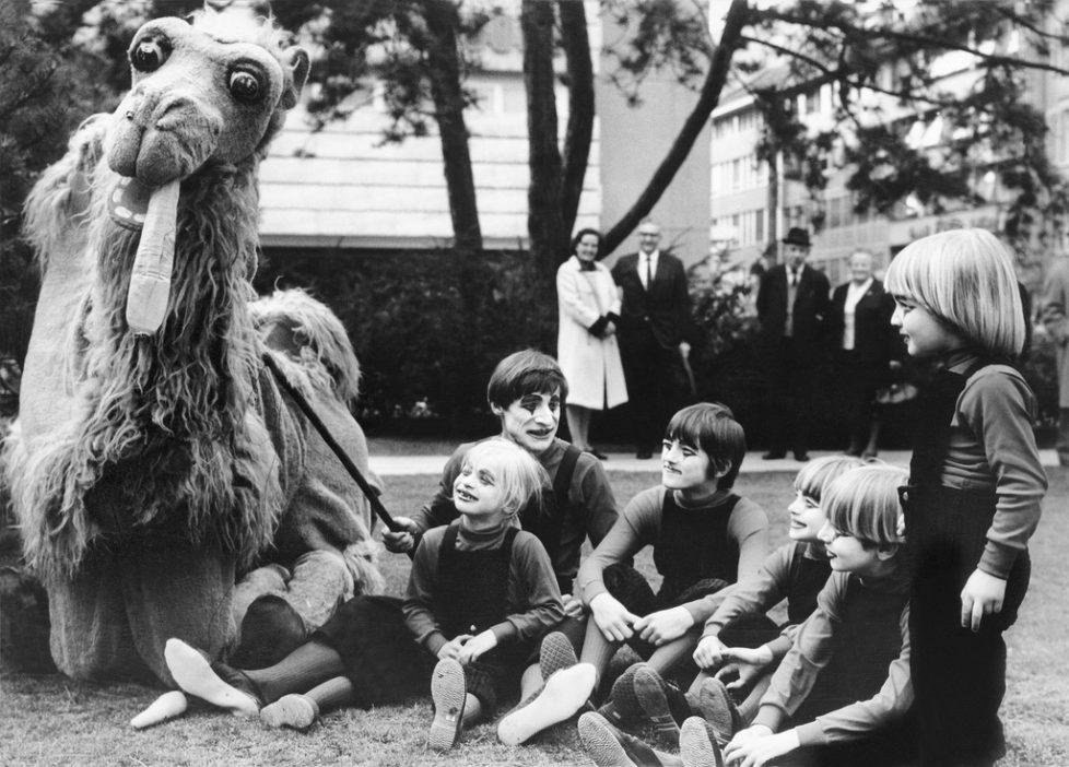 Dimitri gibt am 18. April 1970 auf der Zuercher Pestalozziwiese zusammen mit fuenf Kindern eine Kostprobe seines Programms, das bald im Zirkus Knie zu sehen sein wird. (KEYSTONE/Str)