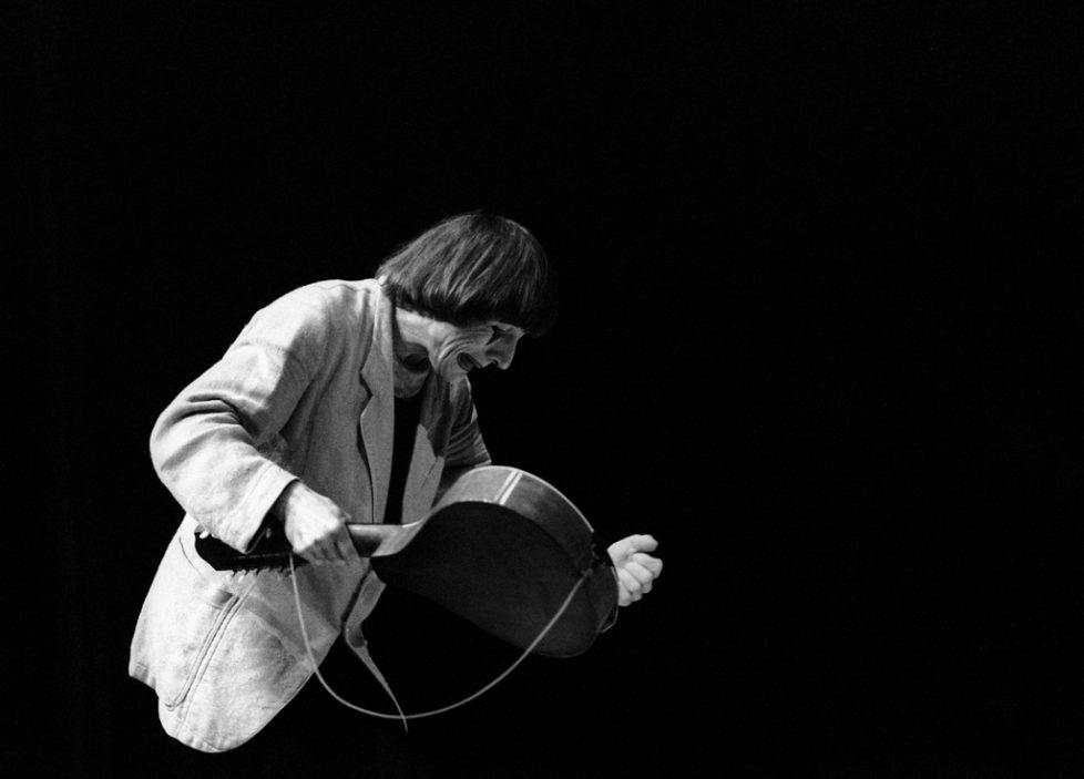 Clown Dimitri in Aktion mit seiner Gitarre beim Festival Pully, Schweiz, aufgenommen im April 1982. (KEYSTONE/Str)