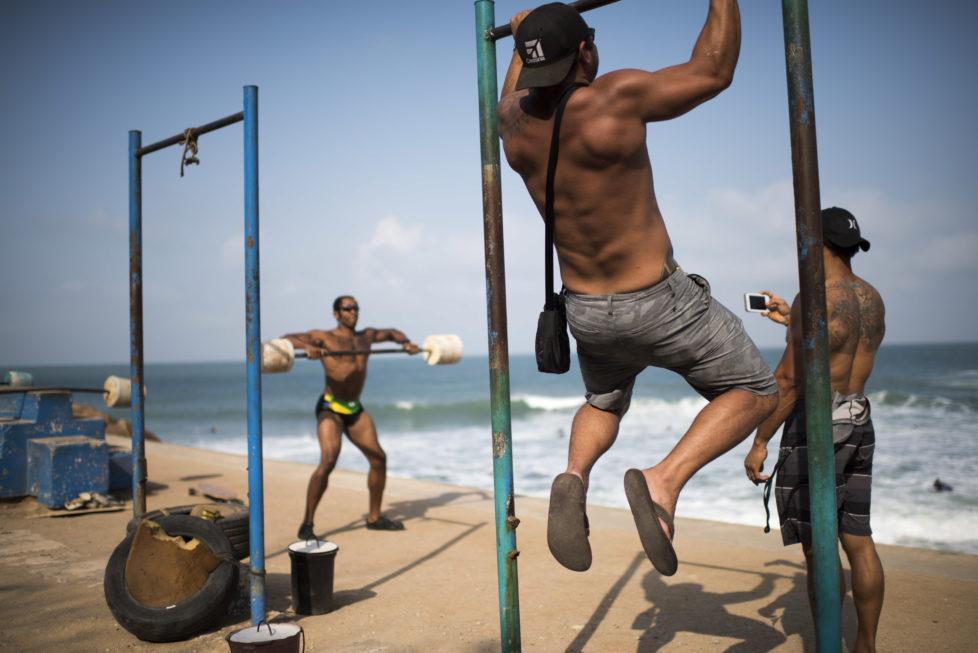 Impressionen aus Rio de Janeiro. Bodybuilder trainieren in einem Fitnesspark in Ipanema. 02.08.2016 (Tages-Anzeiger/Urs Jaudas)