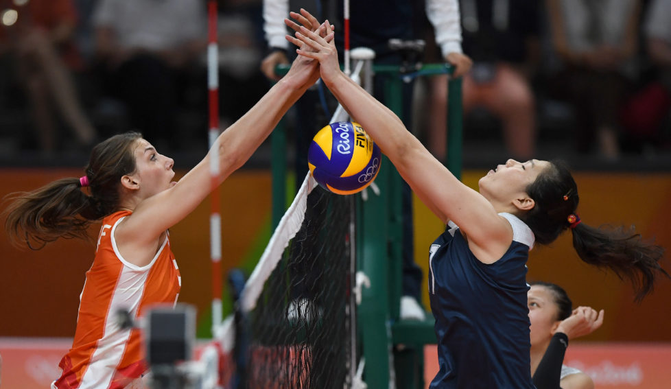 Netherlands' Yvon Belien (L) vies with China's Xu Yunli during the women's qualifying volleyball match between China and the Netherlands at the Maracanazinho stadium in Rio de Janeiro on August 6, 2016. / AFP PHOTO / PEDRO UGARTE