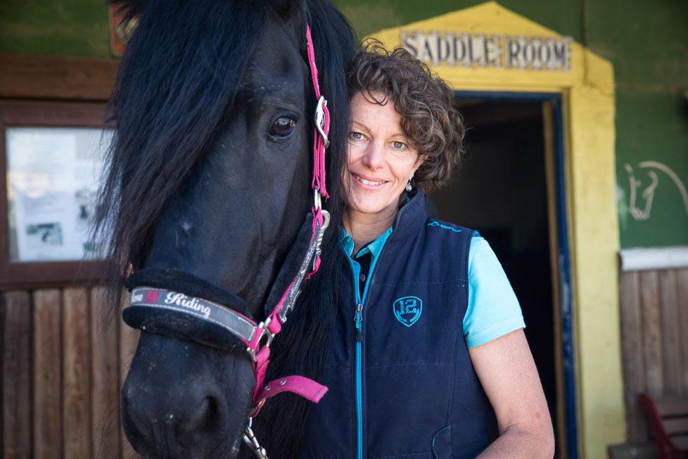 Tarifa südlichster Ort in Spanien Portraits von Schweizer, die sich in Tarifa zu Hause fühlen CHRISTINA WARD betreibt einen Pferdestall am Strand MAI 2016 Esther Michel