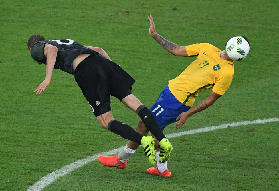 Germany's midfielder Sven Bender and Brazil's forward Gabriel Jesus (R) vie for the ball during the Rio 2016 Olympic Games men's football gold medal match between Brazil and Germany at the Maracana stadium in Rio de Janeiro on August 20, 2016. / AFP PHOTO / Johannes EISELE