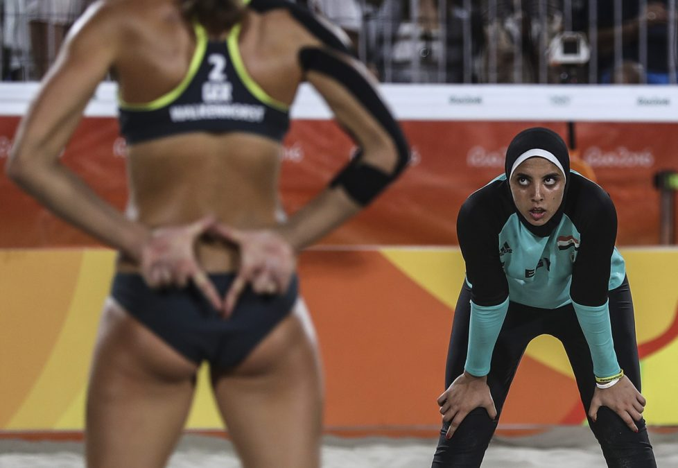 epa05463441 Kira Walkenhorst of Germany (L) signals as Doaa Elghobashy of Egypt (R) watches during the women's Beach Volleyball preliminary pool D game between Ludwig/Walkenhors of Germany and Elghobashy/Nada of Egypt the Rio 2016 Olympic Games at the Beach Volleyball Arena on Copacabana Beach in Rio de Janeiro, Brazil, 07 August 2016. EPA/ANTONIO LACERDA