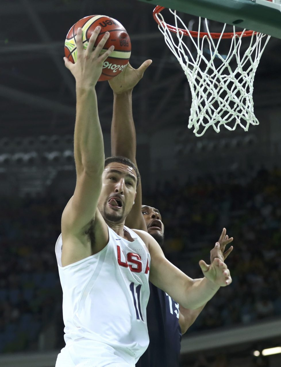 2016 Rio Olympics - Basketball - Preliminary - Men's Preliminary Round Group A USA v France - Carioca Arena 1 - Rio de Janeiro, Brazil - 14/08/2016. Klay Thompson (USA) of the USA shoots past Boris Diaw (FRA) of France. REUTERS/Antonio Bronic TPX IMAGES OF THE DAY FOR EDITORIAL USE ONLY. NOT FOR SALE FOR MARKETING OR ADVERTISING CAMPAIGNS.