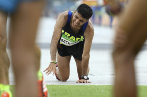 2016 Rio Olympics - Athletics - Final - Men's Marathon - Sambodromo - Rio de Janeiro, Brazil - 21/08/2016. Mohammad Jaafar Moradi (IRI) of Iran crawls across the finish line. REUTERS/Lucy Nicholson TPX IMAGES OF THE DAY  FOR EDITORIAL USE ONLY. NOT FOR SALE FOR MARKETING OR ADVERTISING CAMPAIGNS.