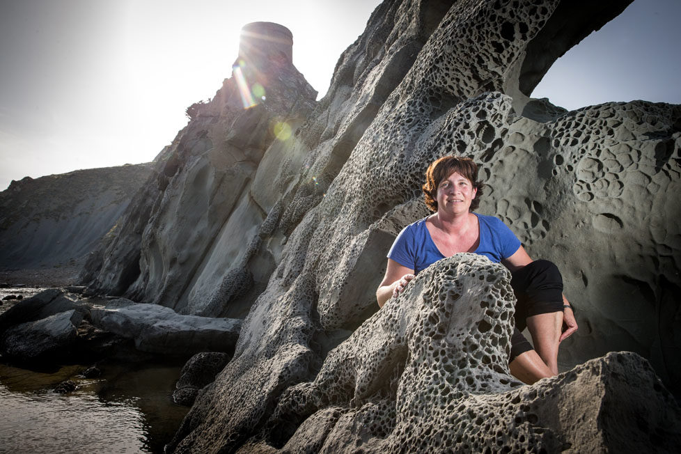 Tarifa südlichster Ort in Spanien Portraits von Schweizer, die sich in Tarifa zu Hause fühlen KATRIN betreibt das HUERTA GRANDE (Hütten) und geht mit ihren Gästen wandern- Das ist ihr absoluter Lieblingsort am Strand (gegenüber Afrika) MAI 2016 Esther Michel