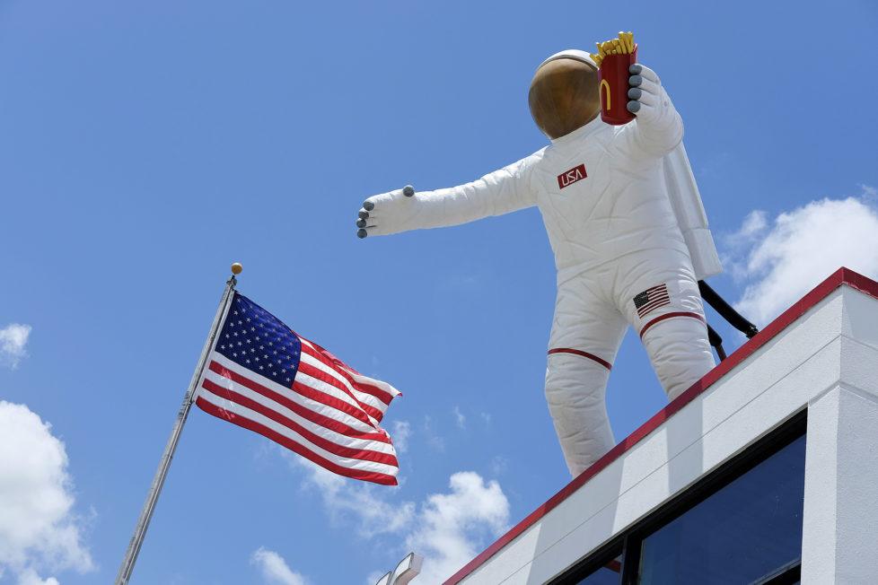 Huston Texas USA, Ein Astronaut mit einer Frittentuete auf dem Dach eines Mc Donalds in der Naehe des Space Center. Foto: Moritz Hager