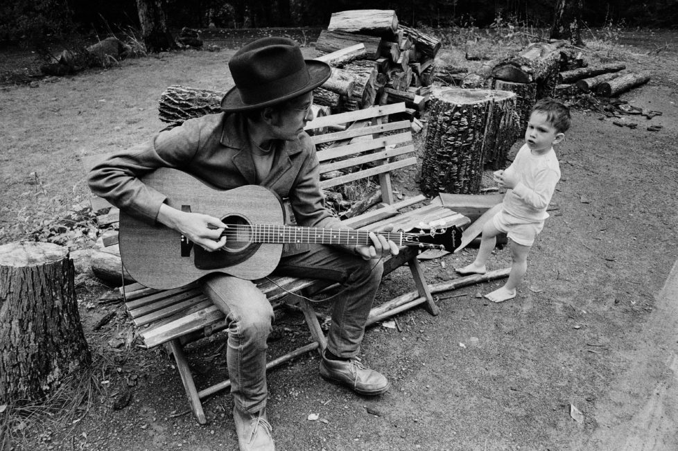Bob Dylan w. son Jesse outside his Byrdcliff home, Woodstock, NY, 1968. © Elliott Landy / Magnum Photos / Agentur Focus