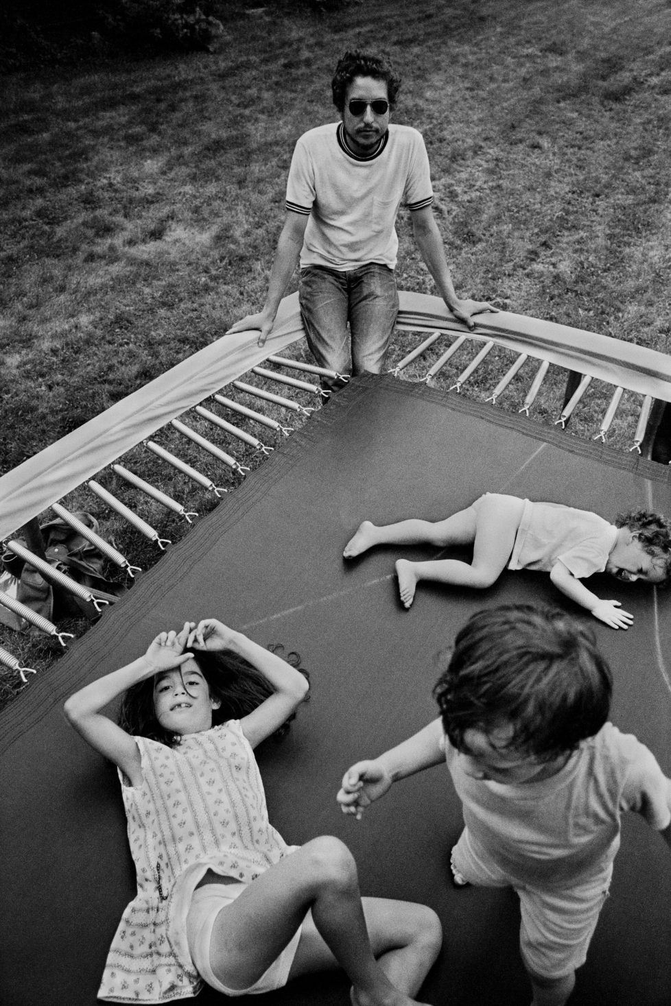 Bob Dylan, w. his children, Jesse, Anna, and Maria, Ohayo Mtn. Rd. home, Woodstock, NY, 1970. © Elliott Landy / Magnum Photos / Agentur Focus