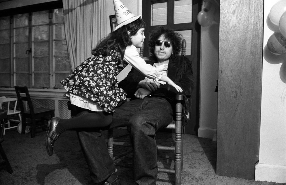 Bob Dylan during his daughter's party in his Bleecker St. house, w. friend, NYC, 1970. © Elliott Landy / Magnum Photos / Agentur Focus