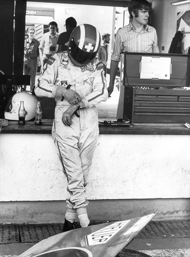 Der Schweizer Rennfahrer Jo Siffert konzentriert sich bei den Startvorbereitungen zu einem Rennen mit seinem March 701-FI, undatiert Aufnahme. (KEYSTONE/Str) === ===