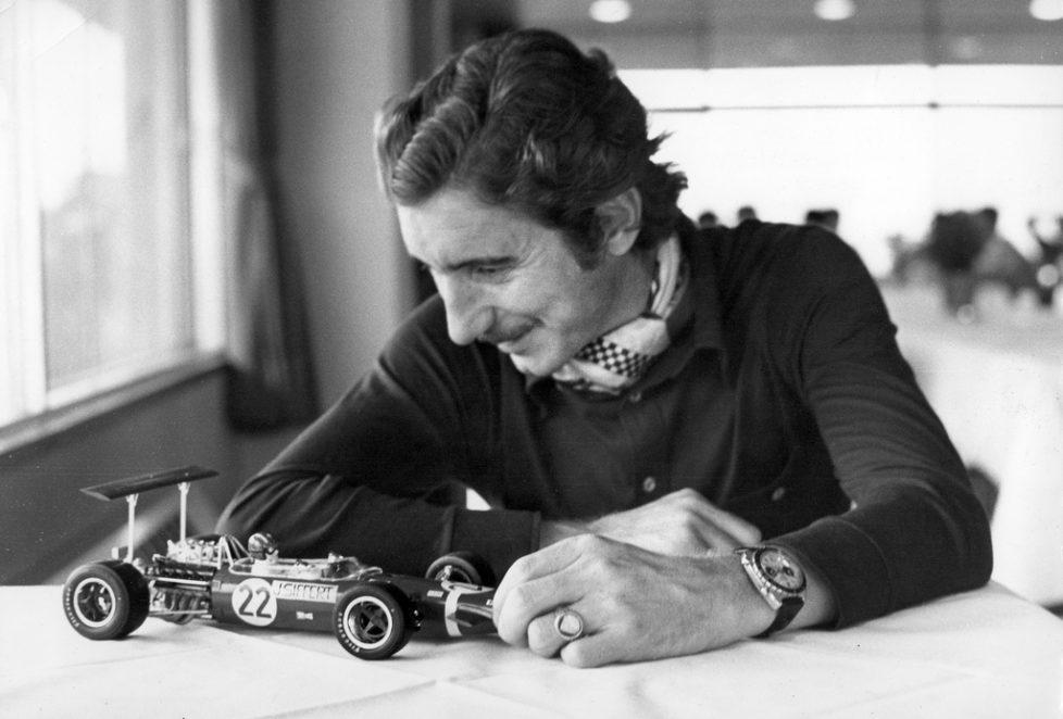 Der Schweizer Formel 1-Rennfahrer Jo Siffert, mit einer Heuer-Uhr am Handgelenk, betrachtet im Jahr 1969 das Model des Formel 1 Rennwagens von Lotus-Ford, mit dem er am 20. Juli 1968 seinen Sieg beim Grand Prix von Brands Hatch, Grossbritannien, herausgefahren hat. Ein japanischer Modelauto-Hersteller praesentierte Siffert den kleinen Boliden, welcher nach Europa exportiert und zum Weihnachtgeschenk-Schlager werden soll. Jo Siffert befindet sich in Japan um mit seinem englischen Partner auf einem Porsche 917 am Grand Prix von Japan in Fuji zu fahren. Das Team belegte den sechsten Platz. (KEYSTONE/Str) === ===