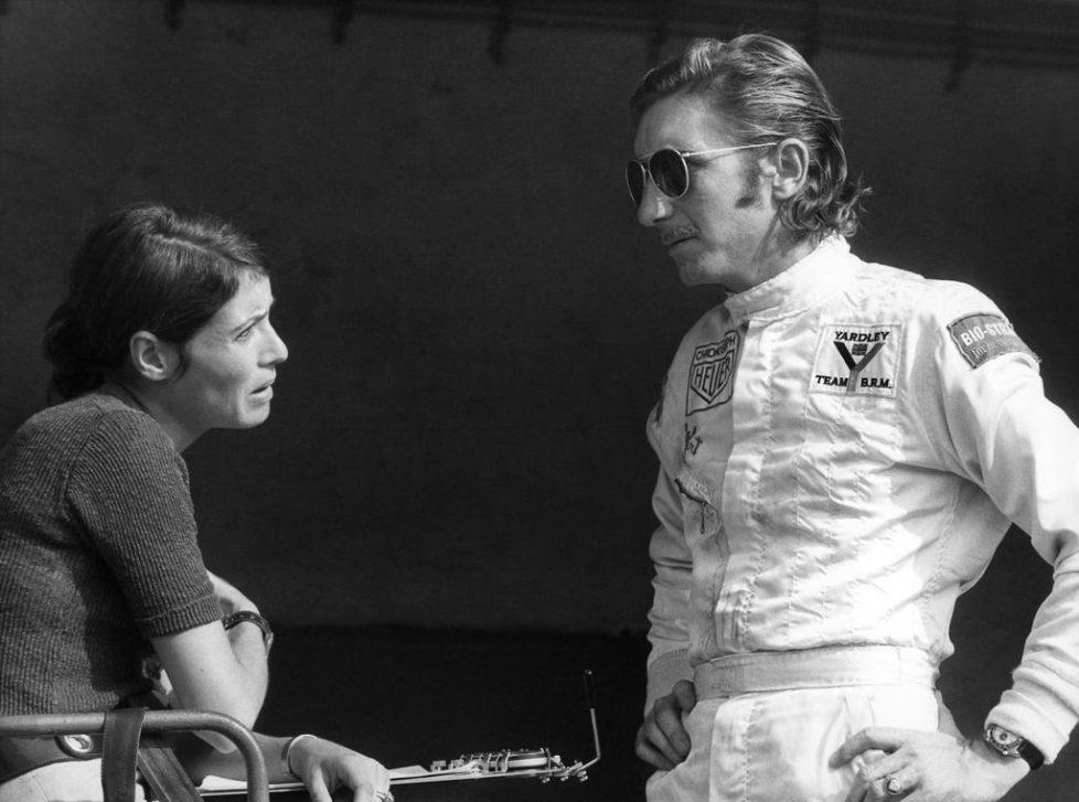 Der Schweizer Formel 1 Pilot Jo Siffert im Gespraech mit seiner Ehefrau Simone, aufgenommen im Februar 1971. Siffert verunglueckte am 24. Oktober 1971 beim Grand Prix von Brands Hatch (GBR) toedlich. (KEYSTONE/Str) === ===
