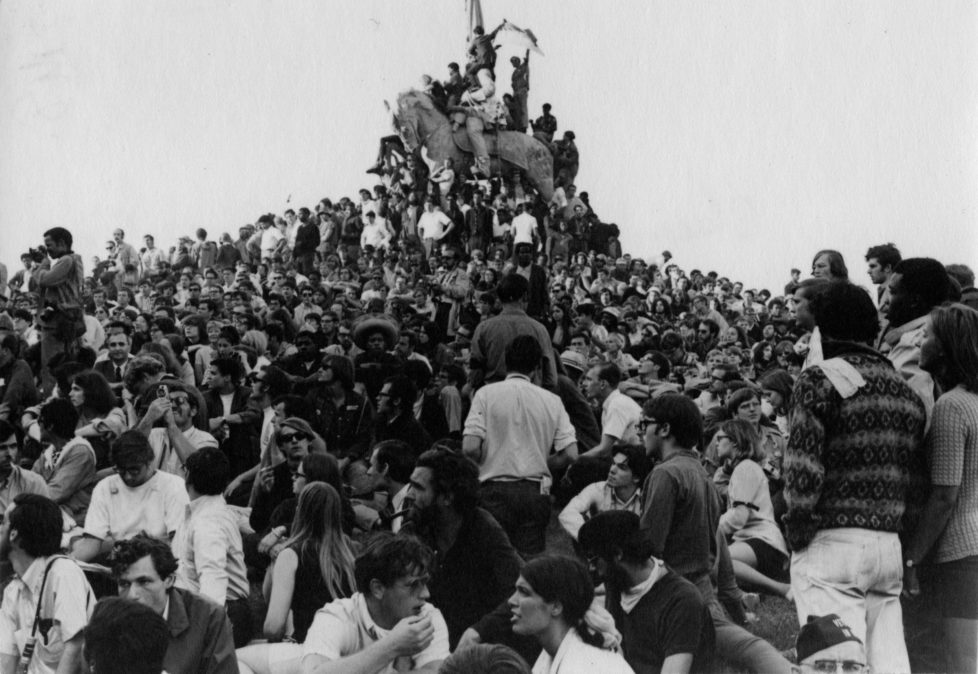 Students crowded around General Logan Monument during the 1968 National Democratic National Convention in Chicago, Illinois, August 1968. (Photo by Peter Bullock/Chicago History Museum/Getty Images)