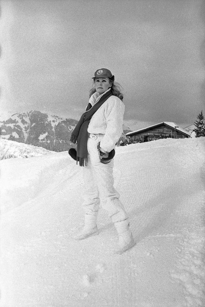 Actress Ursula Andress spends her winter holiday in Gstaad, canton of Berne, Switzerland, pictured on December 29, 1986. (KEYSTONE/Str) Die Filmschauspielerin Ursula Andress verbringt ihre Winterferien in Gstaad. Aufgenommen im Skianzug am 29. Dezember 1986. (KEYSTONE/Str)